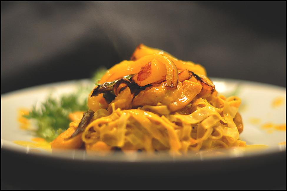 Bönpasta med saffran och kyckling