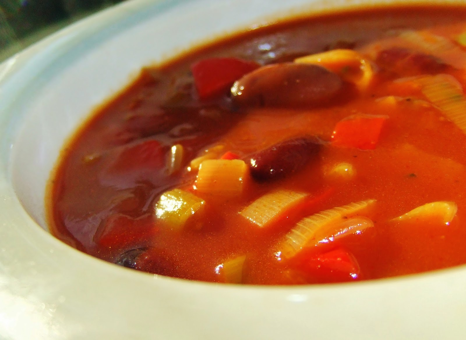 Tomatsoppa med blandade bönor
