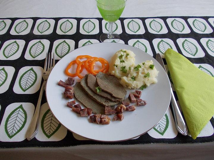 Strutsfilè med vinägerfläsk och kompott på potatis och äpplen