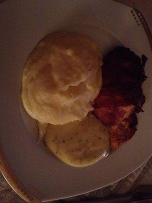 En portions köttfärslimpa med ost och bacon