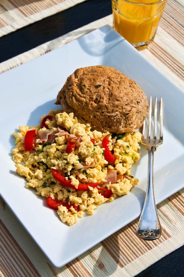 Äggröra med örter, kalkon, lök och paprika