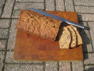 Bakpulver bröd med dadlar, paranötter och linfrö