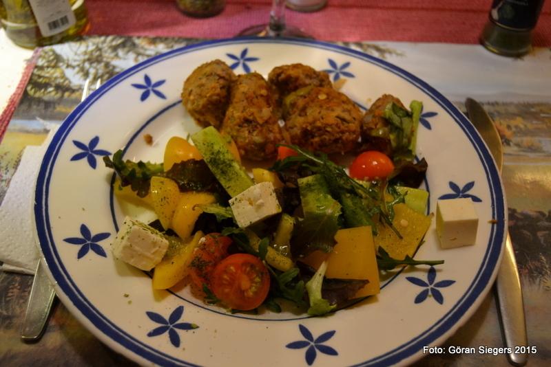 Grekiska köttbullar med grönsallad och fetaost