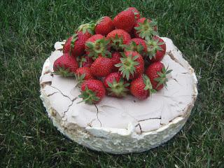 Vitchoklad-, vanilj- och jordgubbscheesecake på karamellmaräng