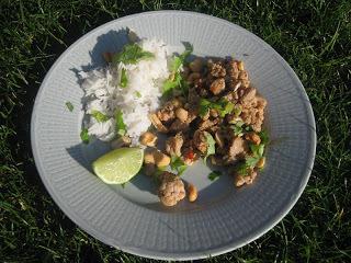 Asiatisk kycklingsallad med lime, cashewnötter och chili