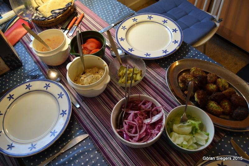 Falafel med hummus, yoghurtdressing och picklad rödlök