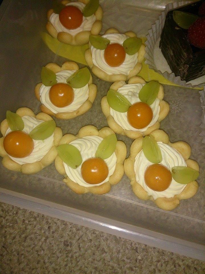 Mördegskakor med apelsin och lemoncurdgrädde och bär