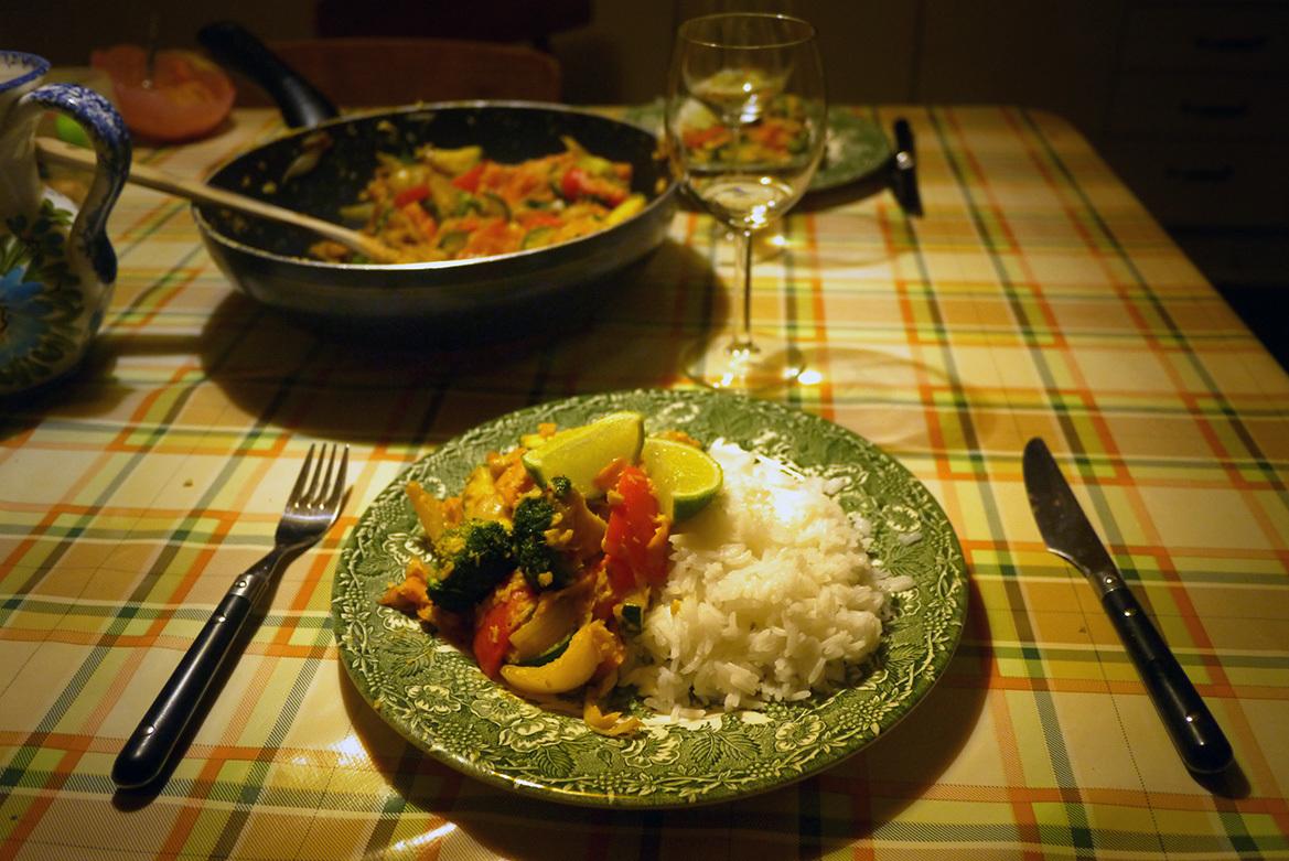 Grönsakswok med kokos och jordnötssås