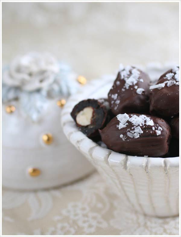 Chokladdoppade dadlar med hasselnötter och salt