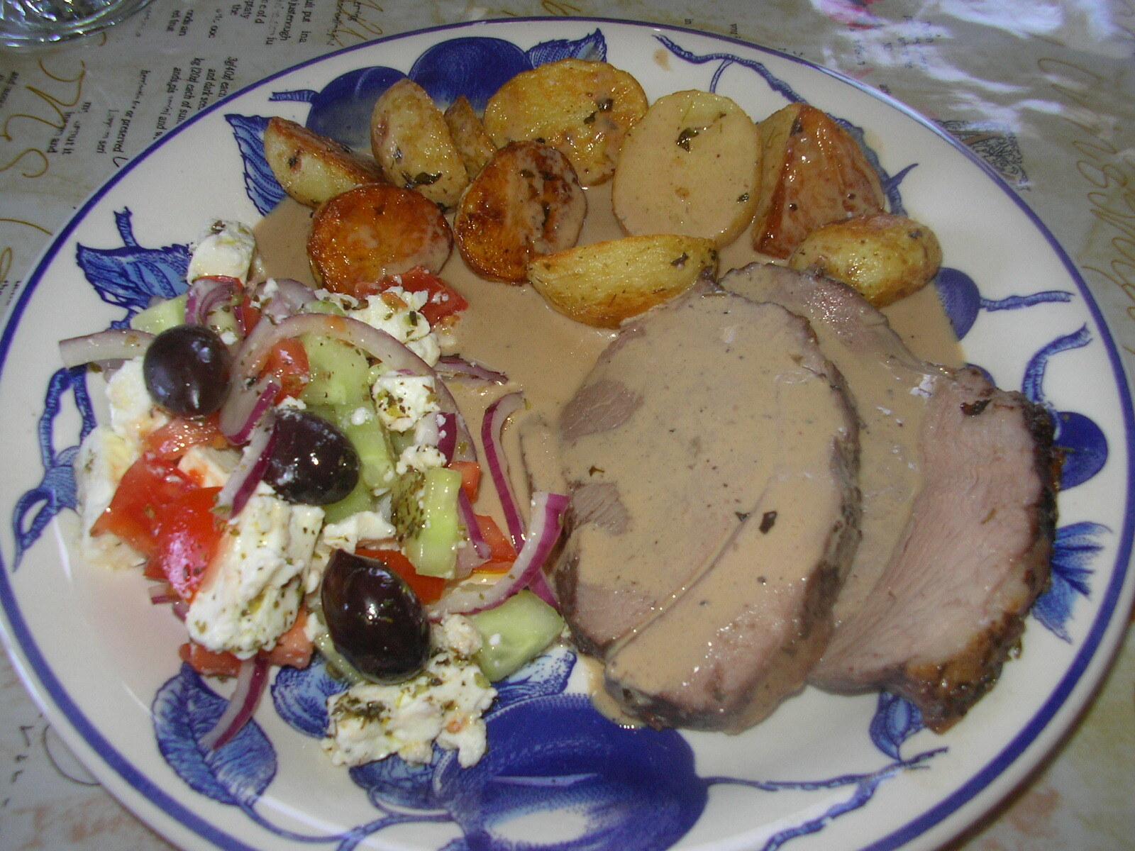 varm grekisk sallad i ugnen