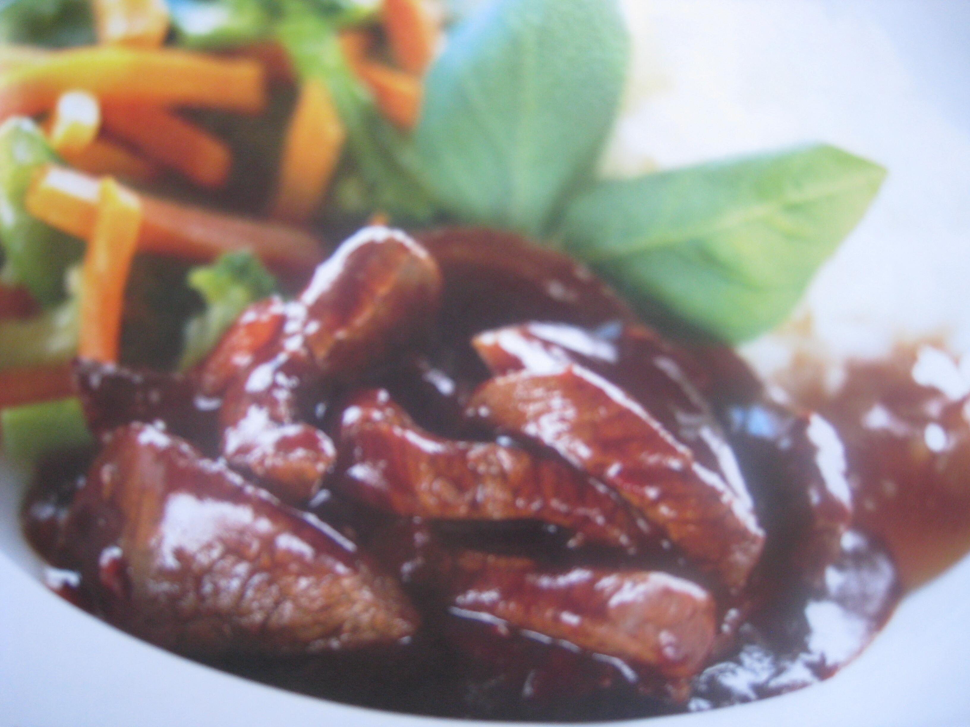 kinesisk strimlad biff med blandade grönsaker