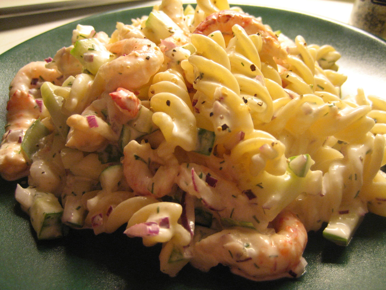 kall pastasallad med räkor