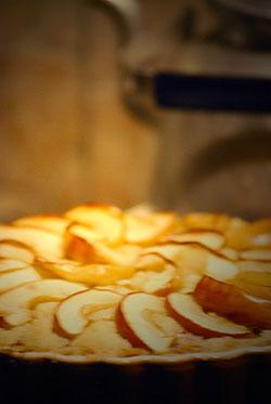 äppelpaj med mandelmassa och havregryn