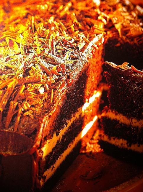 mörk chokladtårta med vit choklad fyllning