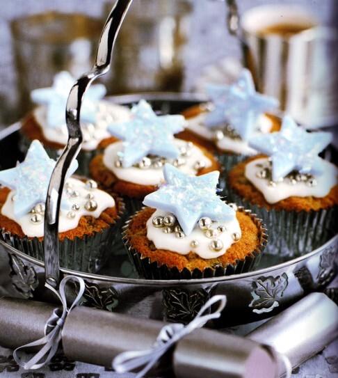 blå glasyr på muffins