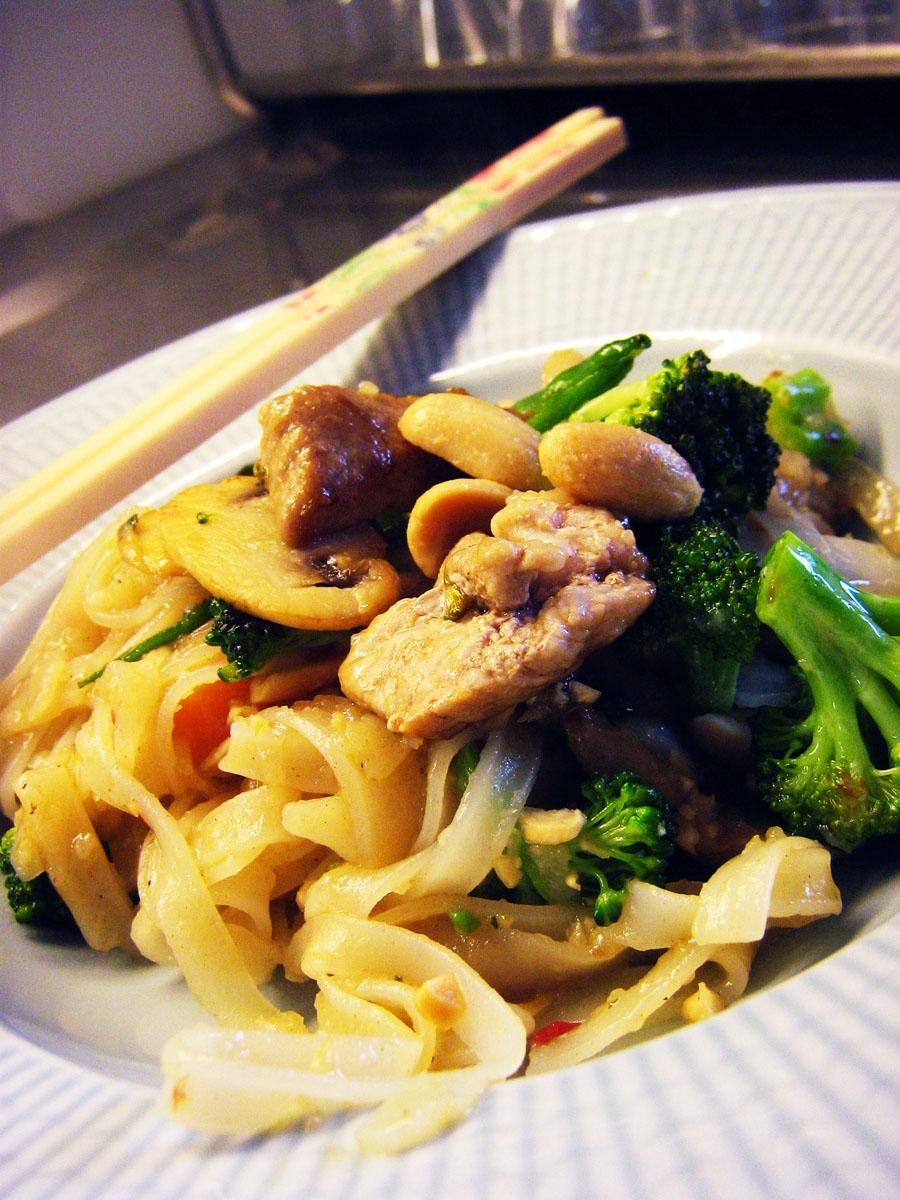 wokade nudlar med kyckling och grönsaker