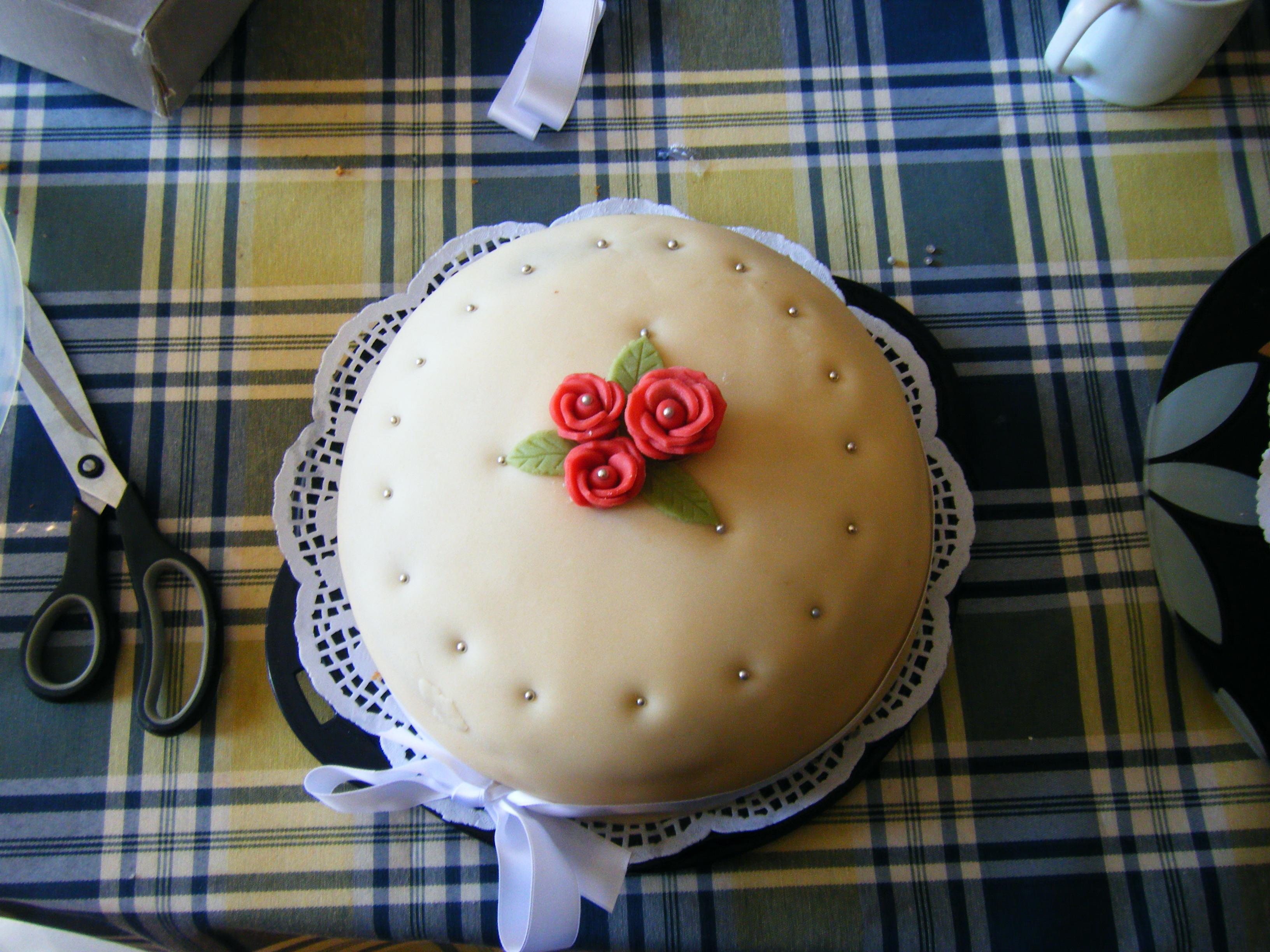 spritsade ros tårta