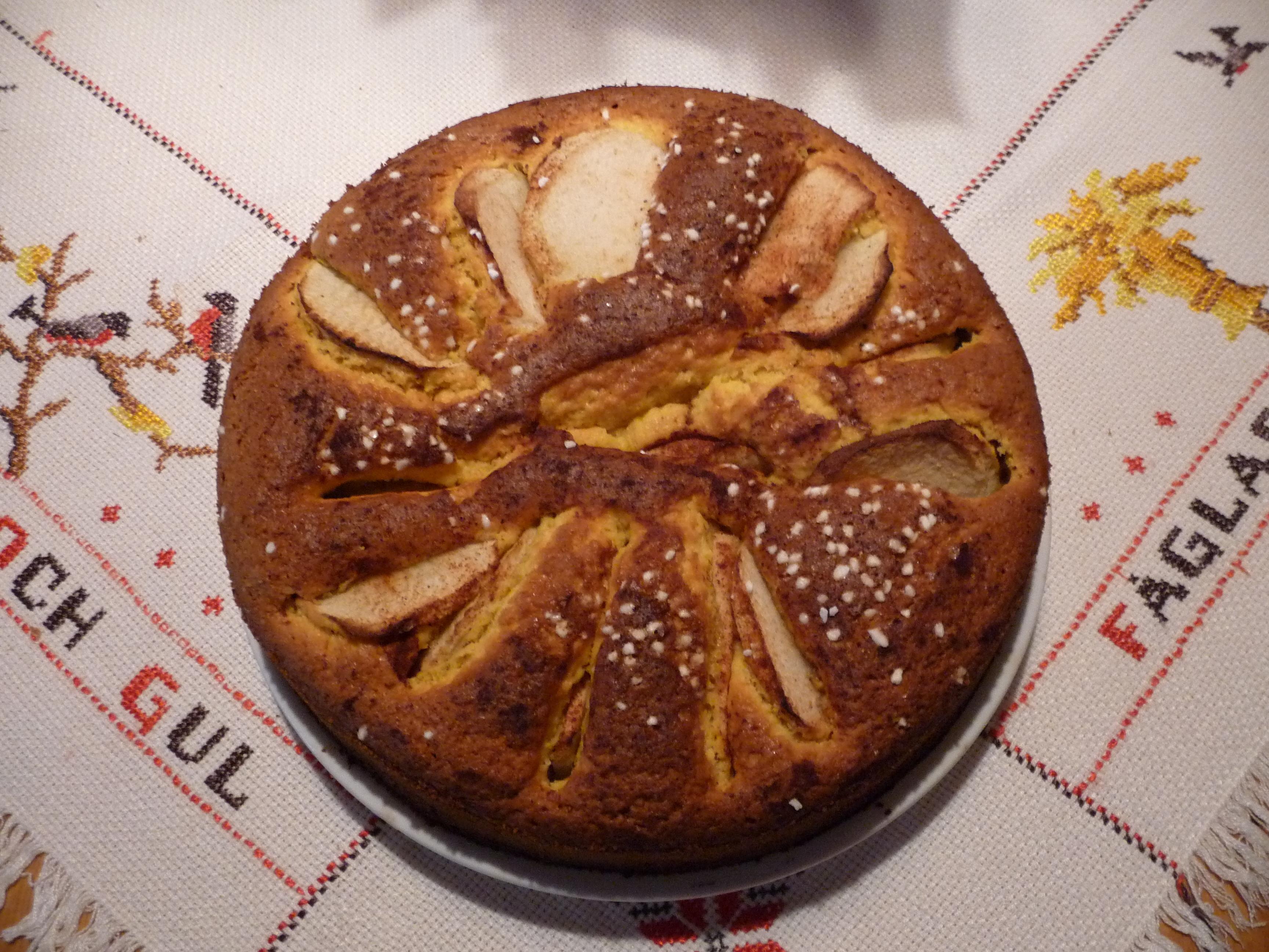 adventskaka med saffran och äpple