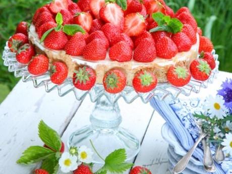 enkel midsommartårta med lime och jordgubbar