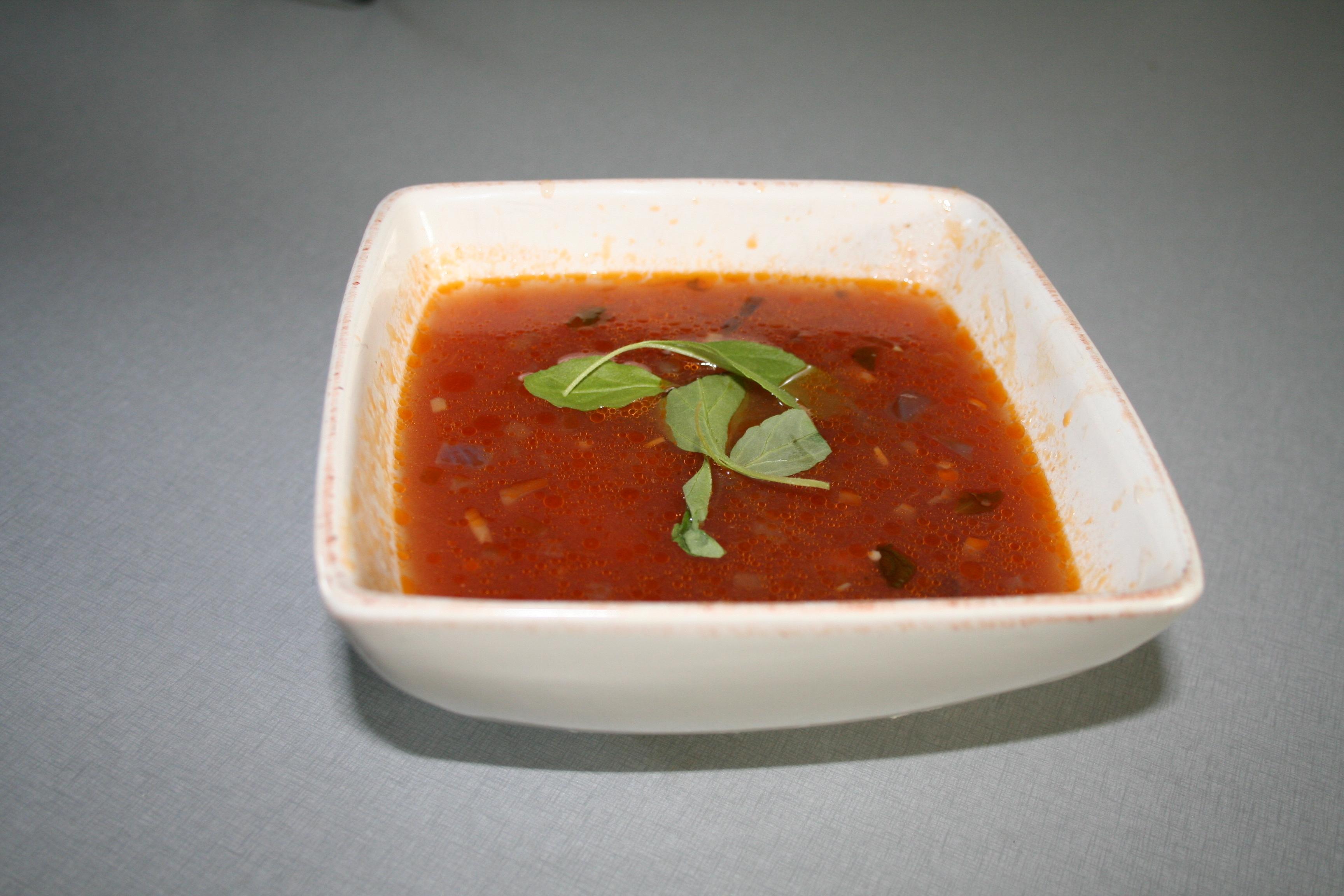klar grönsakssoppa med potatis lök morötter