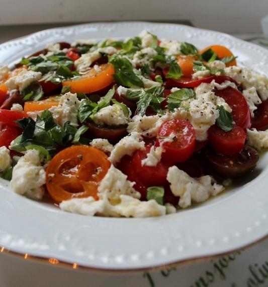 vitlöksbröd med mozzarella tomat och basilika