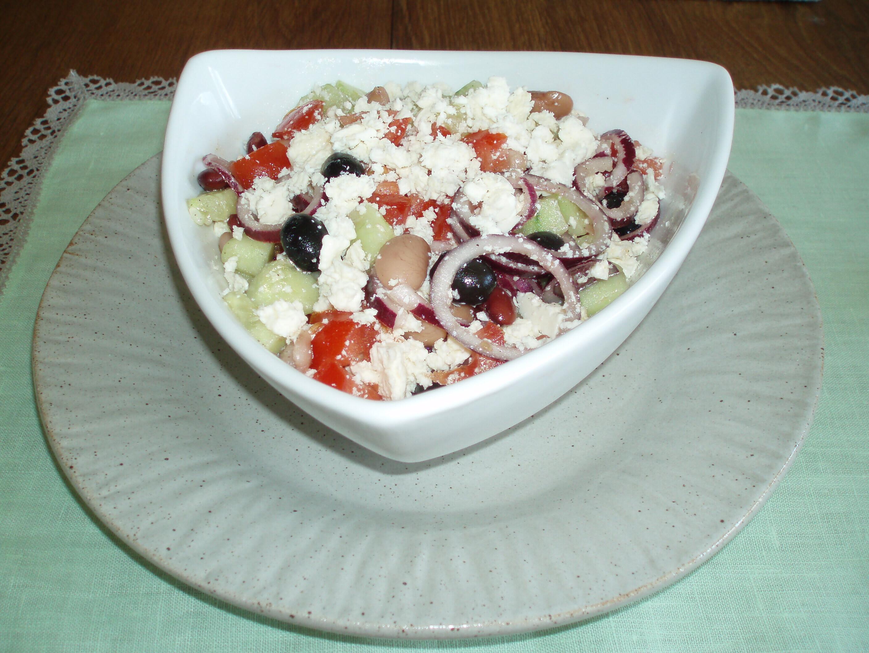 grekisk sallad med blandade bönor