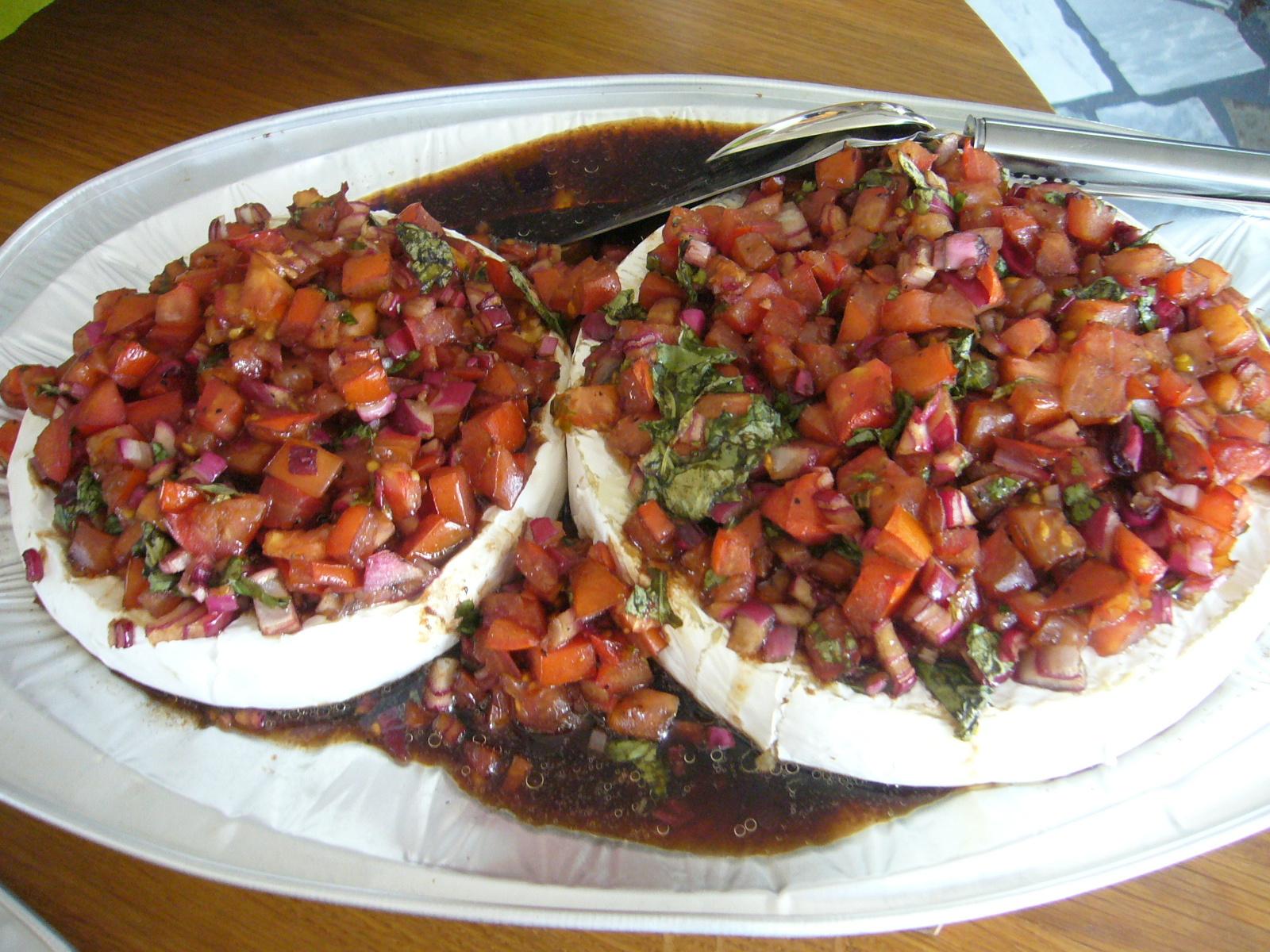 varm brietårta med tomat och basilika