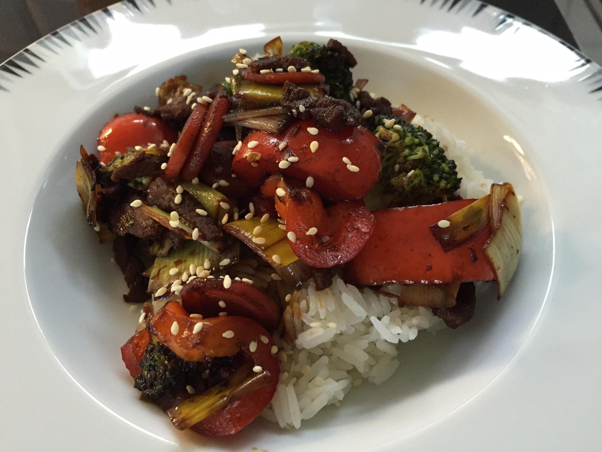 stekt lövbiff med wokade grönsaker