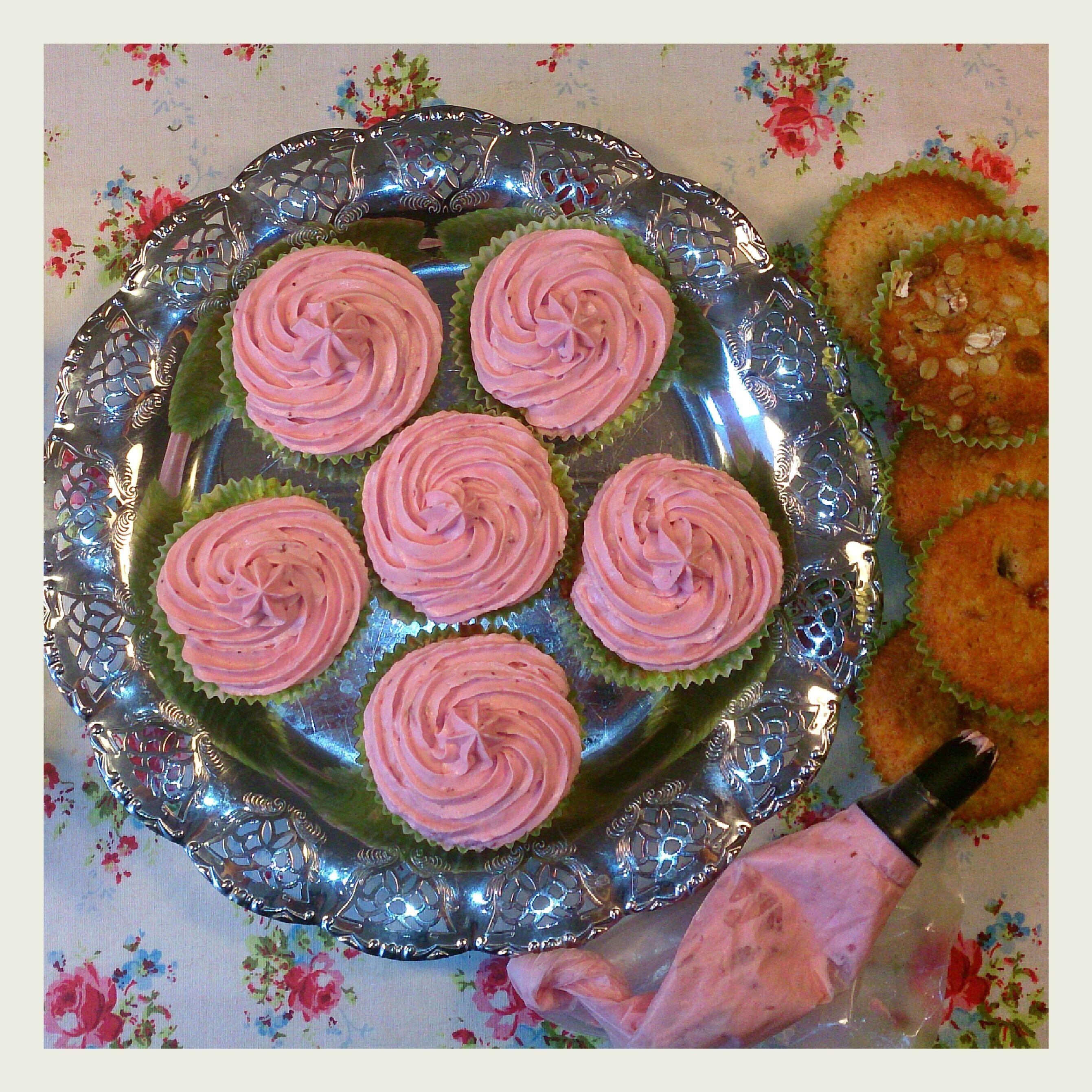 choklad cupcakes med jordgubbsfrosting