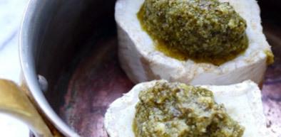 Askad getost-bakelse med pesto på rostat surdegsbröd