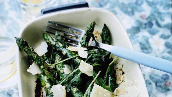 Grillad sparris med parmesan, rucola och balsamico