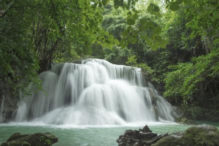 Beautiful Waterfall in Thailand Fototapeter & Tapeter 100 x 100 cm