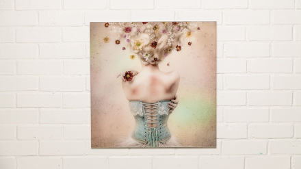 Tavla - Girl of the Flower Garden - 70x70cm Plexiglas