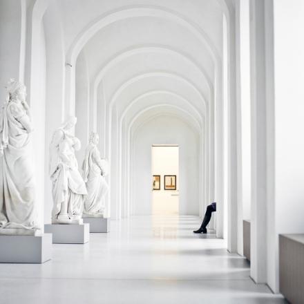 Legs at Art Museum Fototapeter & Tapeter 100 x 100 cm