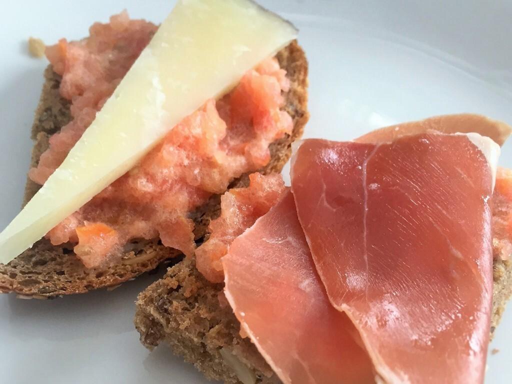 Tomatröra från Katalonien severat på bröd – Pan Tumaca