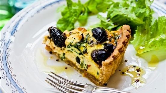 Fetaostpaj med oliver och soltorkade tomater