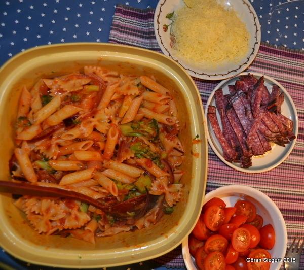 Broccoli och tomat med salamipasta