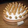"""Hjärtformad massage """"dyna"""" med mjukt rundade trä """"piggar"""". Aldrig använd."""