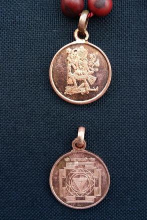 Kali Japa Mala – sandelträ och yantra-amulett med Kali