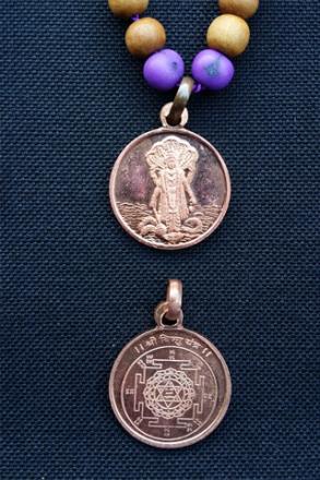 Vishnu Japa Mala – sandelträ och yantra-amulett med Vishnu