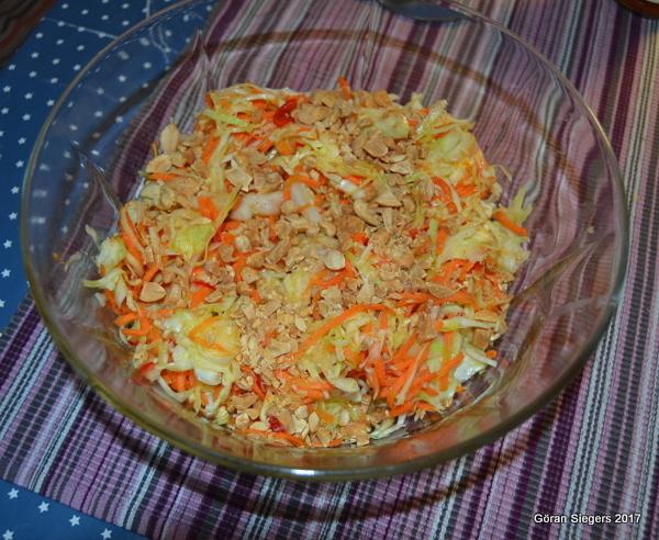 Thailändsk slaw med jordnötter