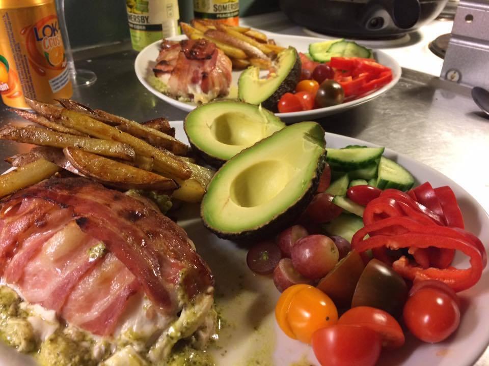 Baconlindad, pesto och mozzarellafyllda kycklingfiléer