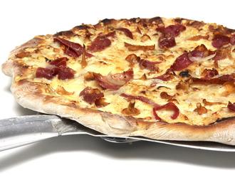 pizza med creme fraiche og skinke