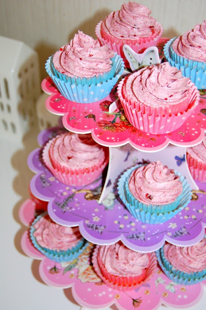 Limecupcakes with Cherry Frosting