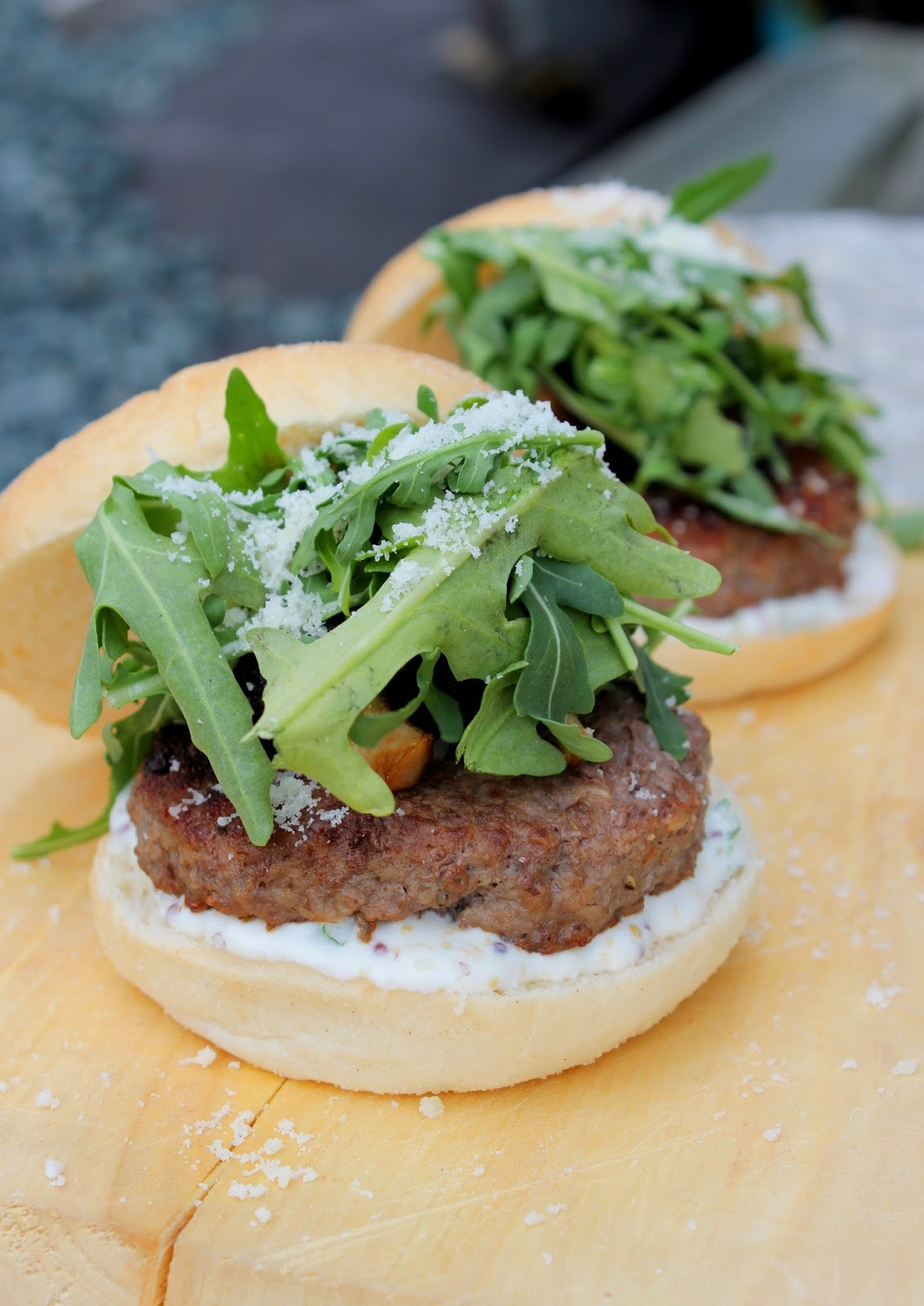 Hamburger med sennepsdressing, sopp og ruccola