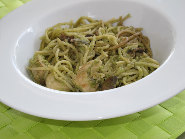 Pasta con pollo e avocado