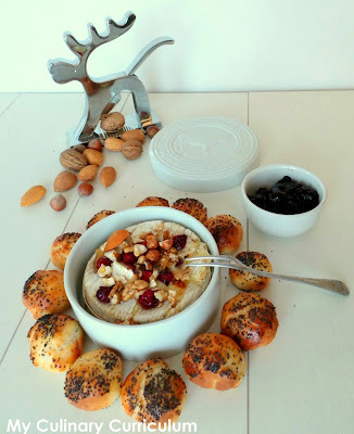 Camembert fondu au four, cranberries, noix variées et petits pains au lait (Melted Camembert baked in the oven, cranberries, varied nuts and small buns)