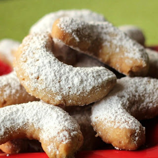 italian almond crescent cookies