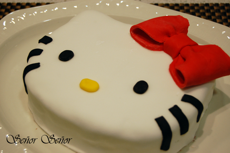 Tarta fondant de Hello Kitty. Sara cumple 1 añito :)