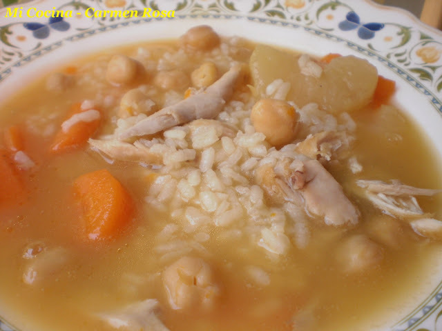 SOPA DE POLLO CON ARROZ Y GARBANZOS.